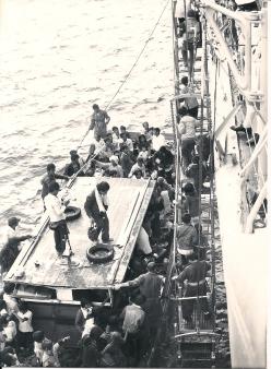 Salvataggio Boat People, incrociatore Vittorio Veneto, 1979 (Foto inedita)