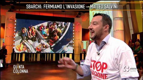 Onorevole Matteo Salvini Segretario della Lega Nord, opsite a Quinta Colonna. Indossa una maglietta originale.