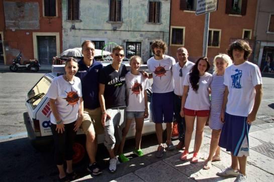 Luca,  Alessandro e le loro famiglie prima della partenza.