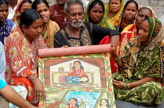 Donna indiana racconta con lo scroll