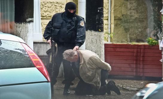 Chetrus a terra, durante l'arresto